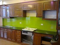 Dùng kính ốp tường tủ bếp gỗ cho nhà bếp hiện đại