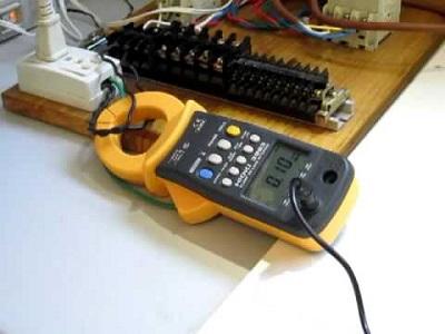 Dùng ampe kìm Kyoritsu đo dòng điện